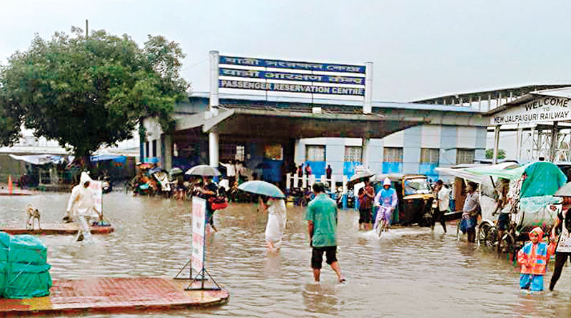 Heavy rain in NJP, tourists are in trouble