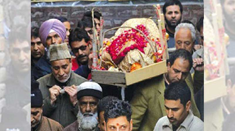 muslims-risk-their-lives-in-j-k-curfew-to-organise-the-last-rites-of-a-kashmiri-pandit-woman