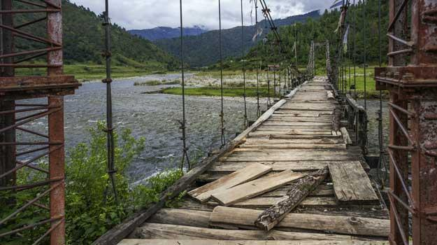 arunachal-sangti-arunachal-pradesh-india-aging-suspension-bridge-over-the-river-sangti-near-sangti-village-in-western-arunachal-pradesh-north-east-india