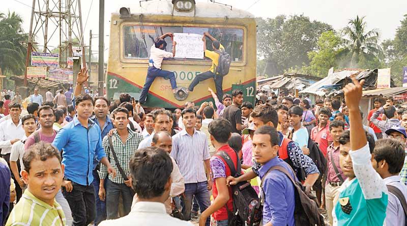 Train delay for long hours,passengers go for strike for 6 hours