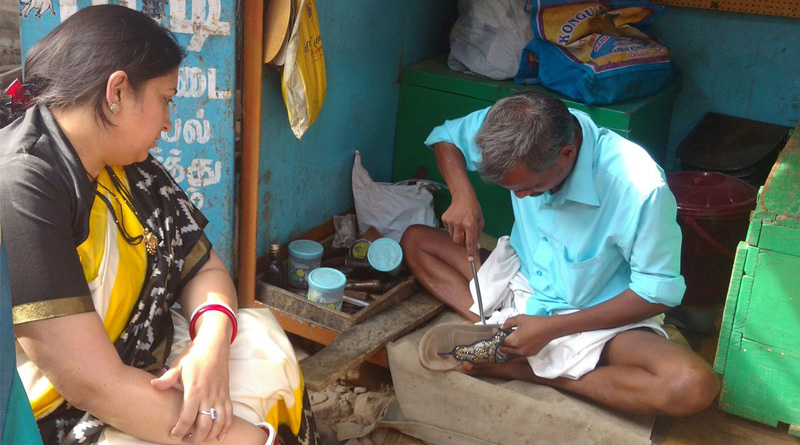 Smriti Irani Gives Cobbler Rs. 100 For stitching Slippers
