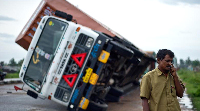 Truck carrying old currency notes overturns in Raichur