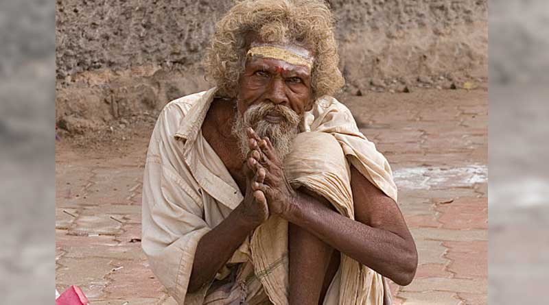 Beggar donates silver crown to Lord Ram