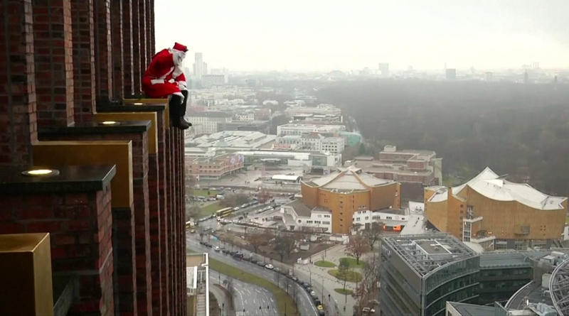 This Santa climbed down a skyscraper to distribute gifts