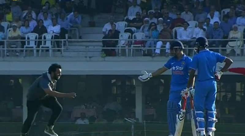 Mumbai crowd goes WILD as MS Dhoni steps on to the pitch, for the last time as captain