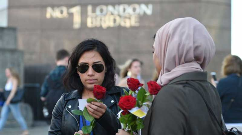 British Muslims hand out 3,000 roses at London Bridge after attack