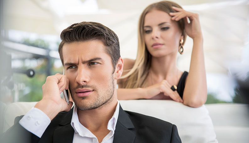 Signs-Your-Boyfriend-is-Cheating-1