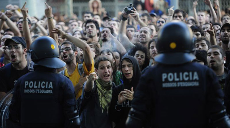 Independence' campaigners clash with police in Barcelona