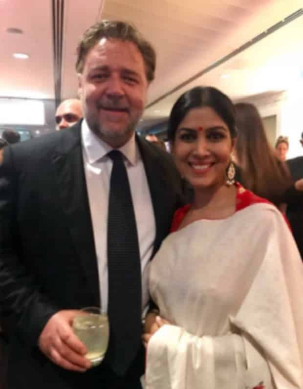 Check-out-Sakshi-Tanwar-hugs-Russell-Crowe-while-receiving-Best-Asian-Film-Award-for-Dangal-2