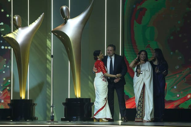Check-out-Sakshi-Tanwar-hugs-Russell-Crowe-while-receiving-Best-Asian-Film-Award-for-Dangal-3 (1)