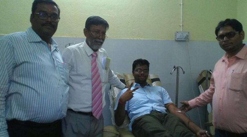 Asansol teenage boy celebrates his birth day to donate blood