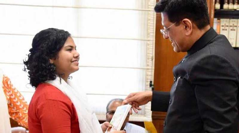 Railways Minister gifts Modi's book to a school girl