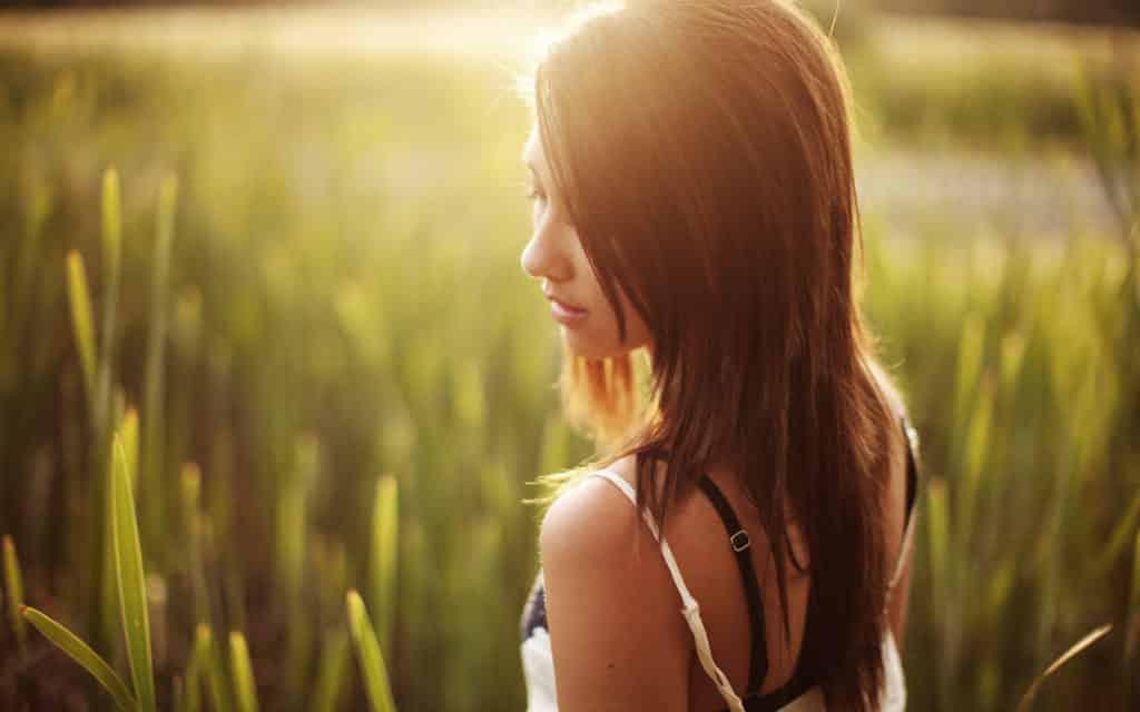 6990296-girl-outdoor-sunrise