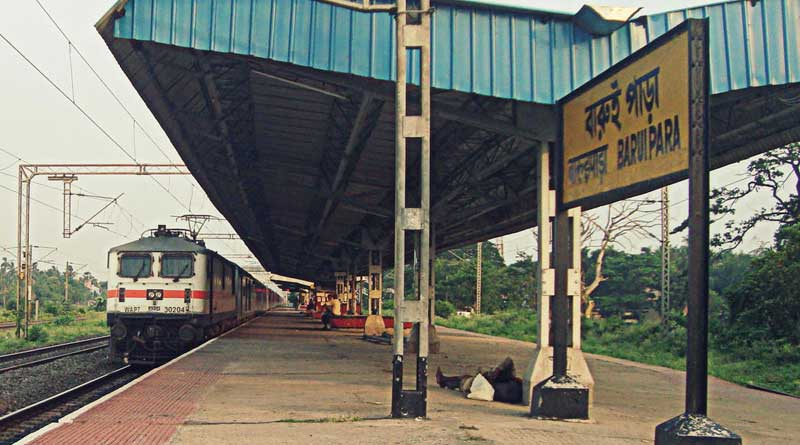 Lady passenger allegedly slapped by a Railway booking clerk in  Baruipara station
