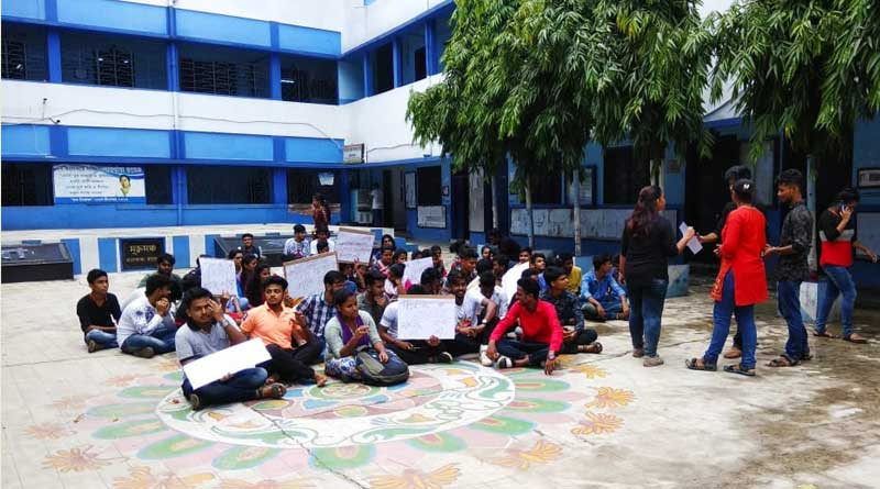Belur: students agitation rocks the campus of Lalbaba college
