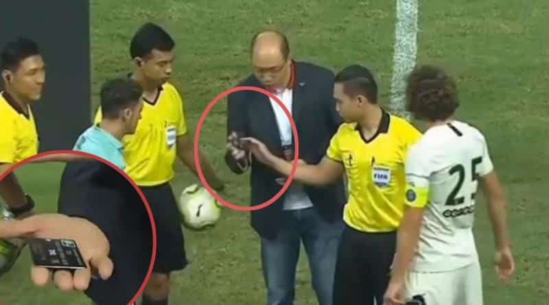 Referee uses credit card instead of coin for toss before Arsenal vs PSG clash