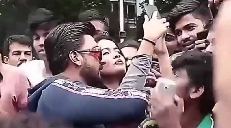 Ranveer Singh protects female fans mobbed in crowd