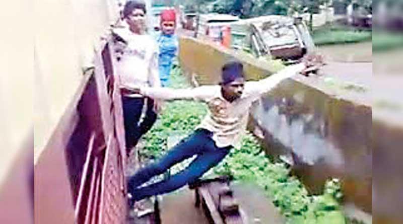 Stunt in the moving train in Sreerampore, passengers demanded punishment