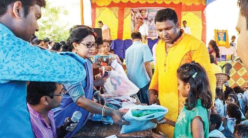 Burdhwan: Primary school teachers gift new cloths to student on pujo