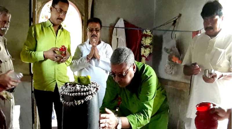 TMC's Kalyan Banerjee offers prayer at Dakshiseshwar temple