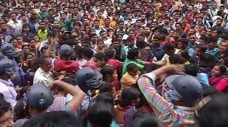 Lathicharge of police to let teachers' agitation down at Minto Park