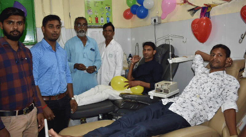 Youth donates blood with his friends on birthday in Asansol