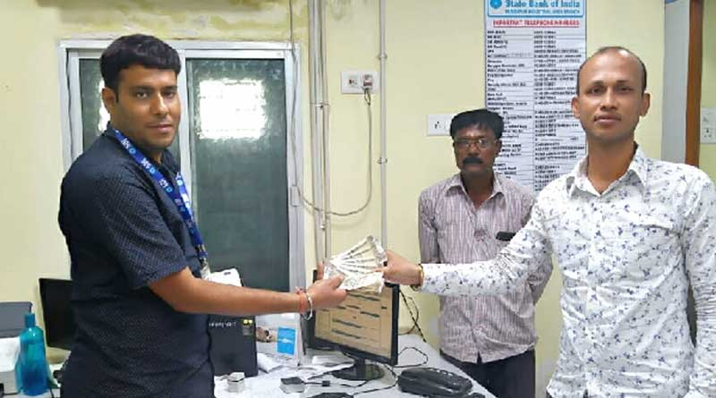 Honest youth returns money to the bank in Durgapur