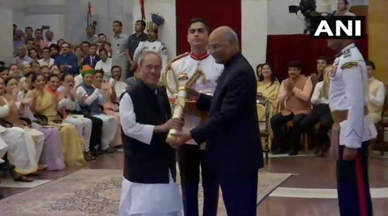 Pranab Mukherjee receives 'Bharat Ratna' from President Kovind.