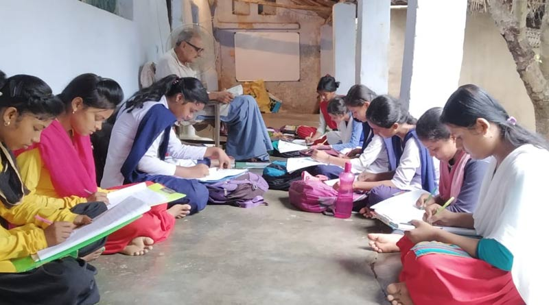 Aged teacher in Katwa is teaching only by Rs.2 as fee