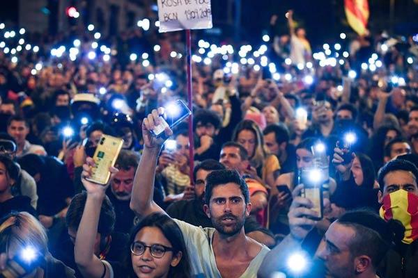 catalonia-protest-night