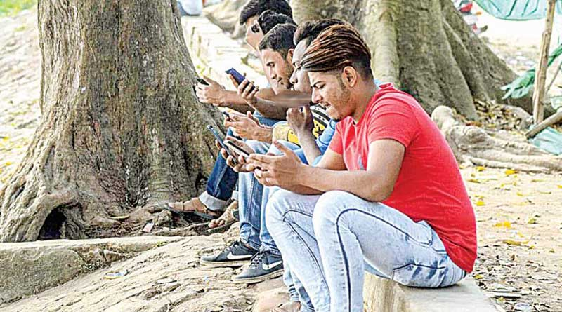 Uluberia youths throng Bhagirathi banks for internet connection