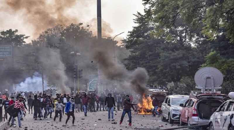 Police involves in clash with CAA-protester in Gorakhapur, UP, died 1.