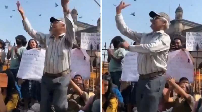 Elderly Man Dancing to 'Azadi' Slogans in Mumbai