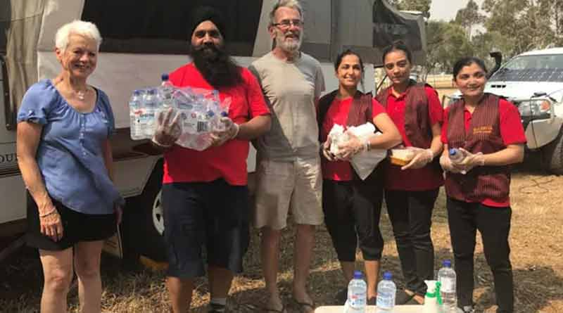 Indian couple distributes food to the homeless people in Melbourne
