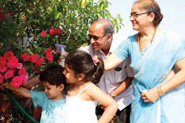 Breaking: করোনা আবহে দাদু-দিদিমার গলা জড়িয়ে আদর নিরাপদ? নানা রিপোর্টে বাড়ছে উদ্বেগ
