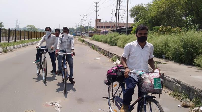 Migrants worker of bihar cycles to return home during lockdown