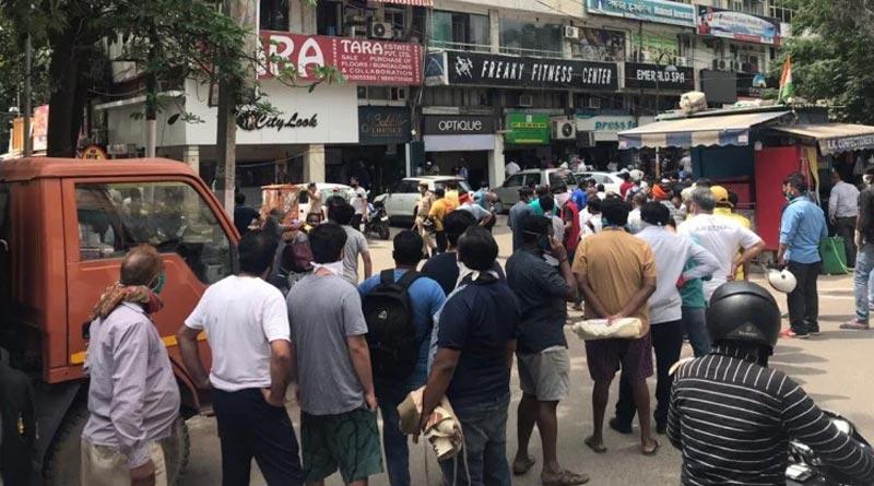 Long queues outside liquor shops, social distancing goes for toss in Kolkata