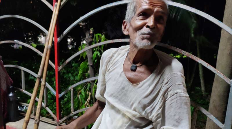 Old man spent few days by eating leaves only at Kolkata Station