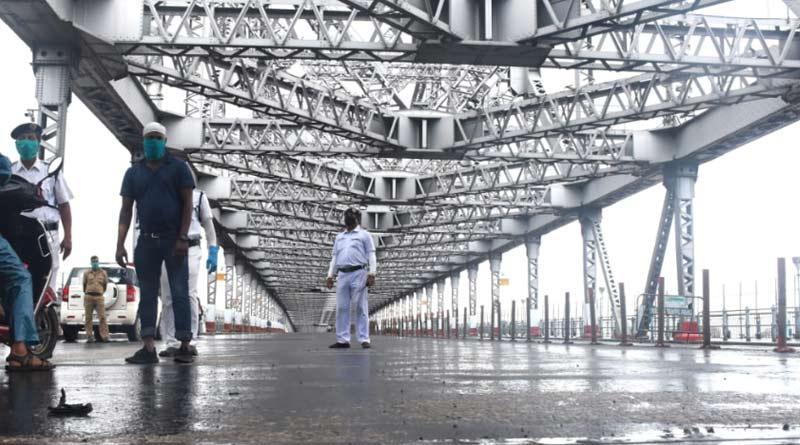 Auto driver runs naked on Howrah Bridge sparks chaos