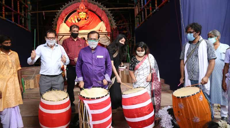South Kolkata's Suruchi Sangha Durga Puja Committee donate clothes to children   Sangbad Pratidin