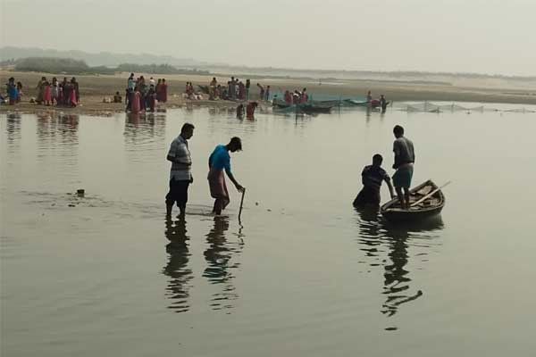 The teenager drowned while bathing in the river Chhatpujo