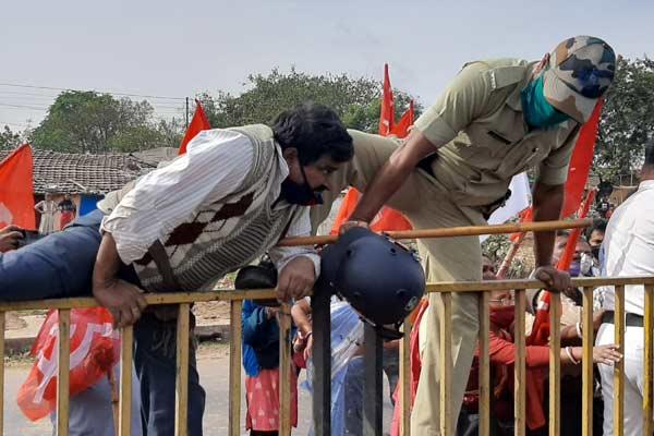 Police-strikers clash in barasat