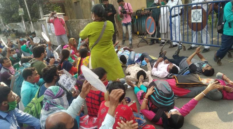 SSC candidates stage protest in front of Partha Chatterjee's house |SangbadPratidin