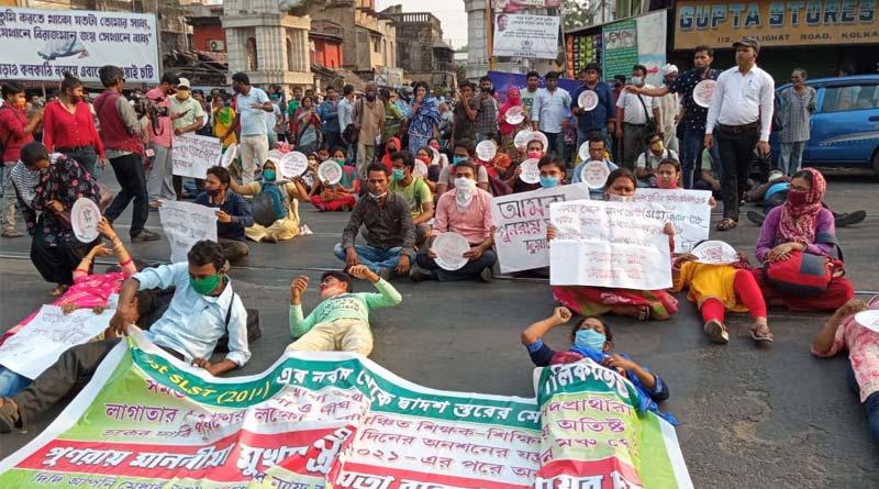 SSC candidates stage protest outside Mamata Banerjee's Kolkata residence   Sangbad Pratidin