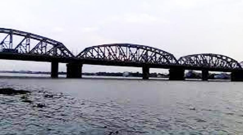 A youth jumped at ganges river along with a child in howrah | Sangbad Pratidin