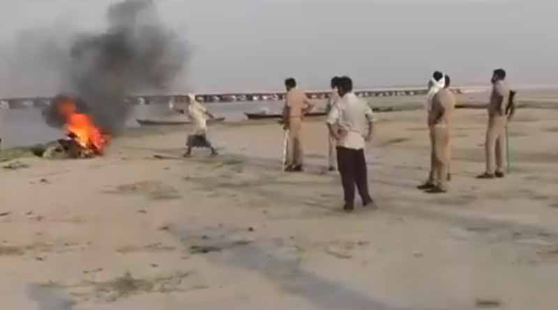 Five policemen have been suspended after a video of a body cremation in Ballia using tyres and petrol goes viral । Sangbad Pratidin