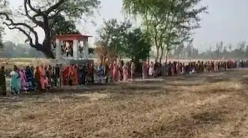 Hundreds of Women Offer Prayers to 'Corona Mai' in Uttar Pradesh Village | Sangbad Pratidin