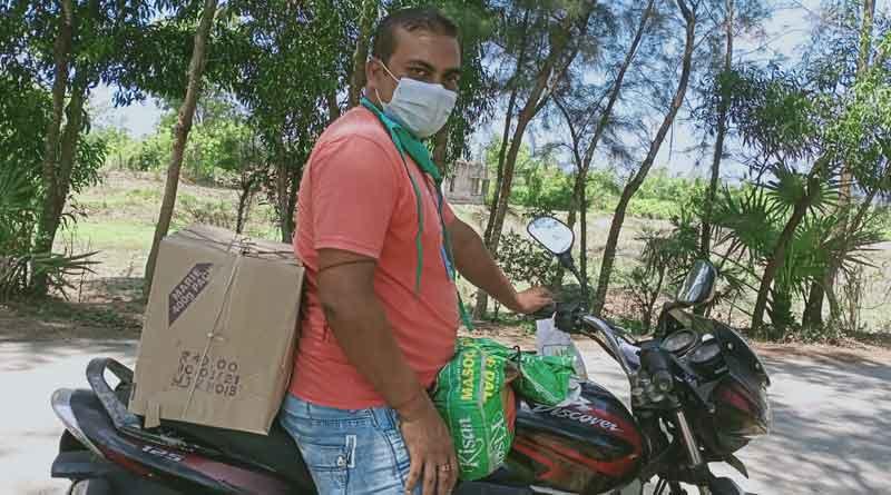 A teacher distributes free medicine to covid patients in Contai। Sangbad Pratidin