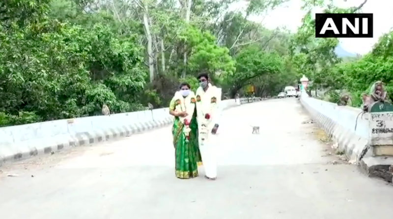 Couple Gets Married on Bridge Connecting Tamil Nadu & Kerala to Escape Covid-19 Restrictions | Sangbad Pratidin