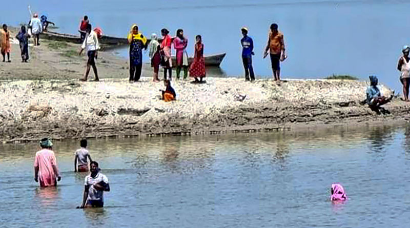Corona vaccine: In Uttar Pradesh, villagers jump into Saryu to avoid taking vaccines |Sangbad Pratidin